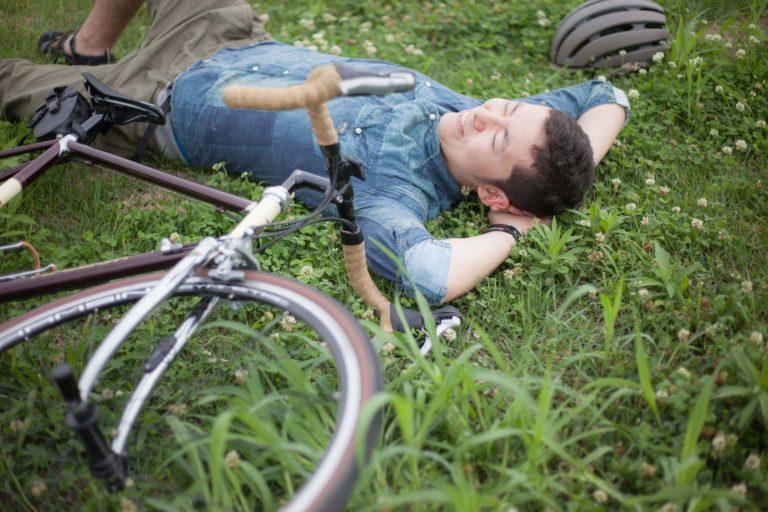 草原で横になる男性