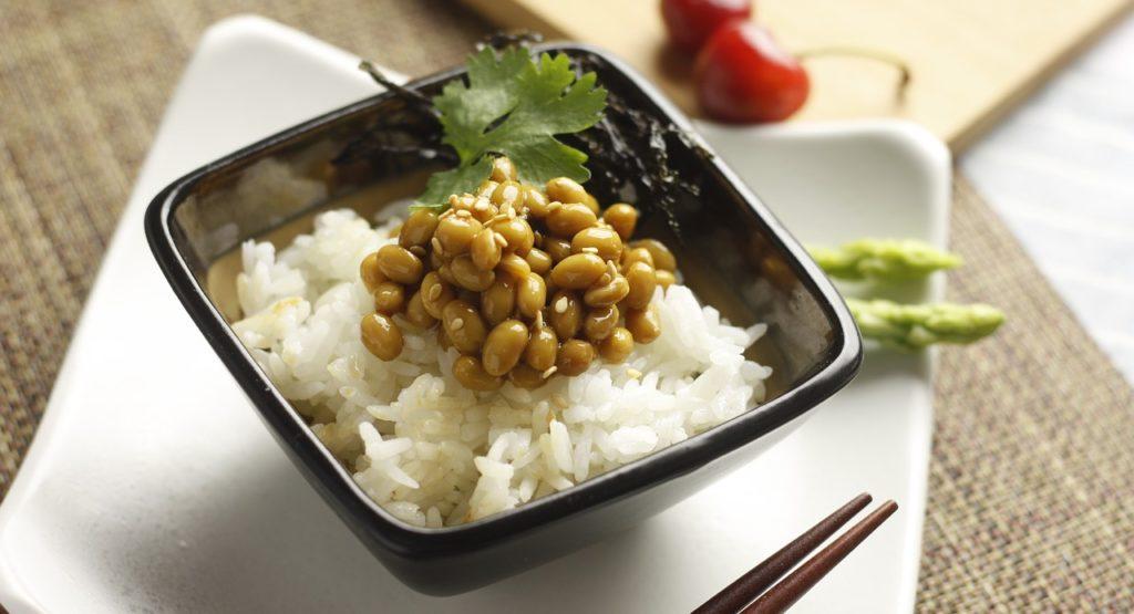 ご飯と一緒に盛り付けられた納豆